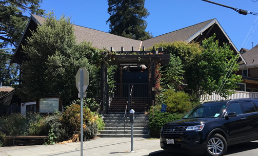 BERKELEY FRIENDS MEETINGHOUSE, Berkeley, USA.  The Meetinghouse is a gathering place for Quakers, a Christian religious denomination that believes in service and pacifism. (Contributor: Raymond Lifchez)